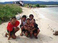 VISION Ei hatchling release w kids - Kuna Yala - (c) Enzo Perez 2007